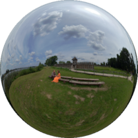 Gród w Biskupinie jest jednym z nielicznych stanowisk archeologicznych w Polsce zawierających pełnowymiarowe rekonstrukcje wału obronnego, falochronu, bramy, ulic i budynków mieszkalnych.