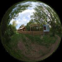 Podczas rajdu lub wędrówce po Łódzkim Szlaku Konnym możesz skorzystać z miejsca postojowego. Jest ono świetnie przystosowane dla koniarzy, ale jednocześnie daje możliwość odpoczynku dla innych turystów.