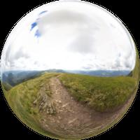 Smerek (1222 mnpm) ma dwa wierzchołki. Oddzielone są trawiastym obniżeniem. Szczyt południowy (niższy) jest udostępniony turystycznie, żelazny krzyż upamiętnia śmierć turysty rażonego piorunem w 1978 r. Szczyt północny jest oddalony o kilkadziesiąt metrów.
