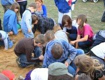 Wieluń. Rodzinne Mistrzostwa Wielunia w poszukiwaniu Bursztynu podczas VI Europejskiego Święta Bursztynu – 2012 (fot. Emilia Jędrzejewska)