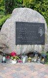 Wieluń. Zespół klasztorny augustianów, XIV-XVIII w. Pomnik księdza Jerzego Popiełuszki (fot. Piotr Solle)