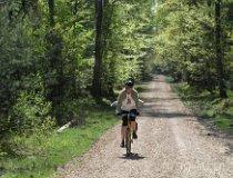 Turysta rowerowy na szlaku turystycznym. (fot. Marta Pabich)