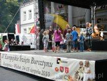 Wieluń. IV Europejskie Święto Bursztynu - Wojowie rozdają prezenty. (fot. Jakub Wawrzyniak)
