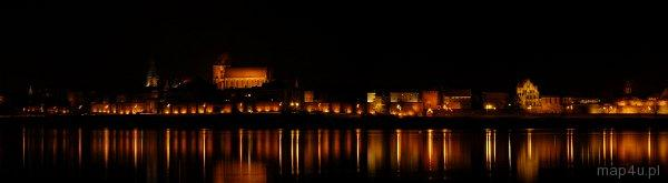 Toruń. Nocna Panorama Starego Miasta odbijająca się w rzece Wiśle
