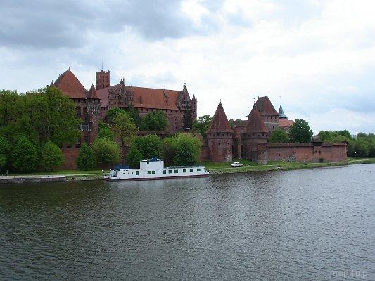 Malbork. Widok na Zamek Krzyżacki z nad brzegu Nogatu