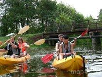 Turyści podczas spływu kajakowego (fot. Daria Konieczna)