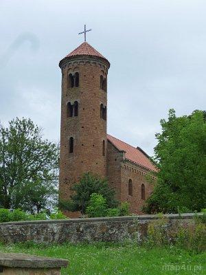 Inowłódz. Kościół pw. św. Iddziego.Murowany, romański kościół ufundowany w 1086 r. przez króla Władysława Hermana. Elewacja zachodnia.