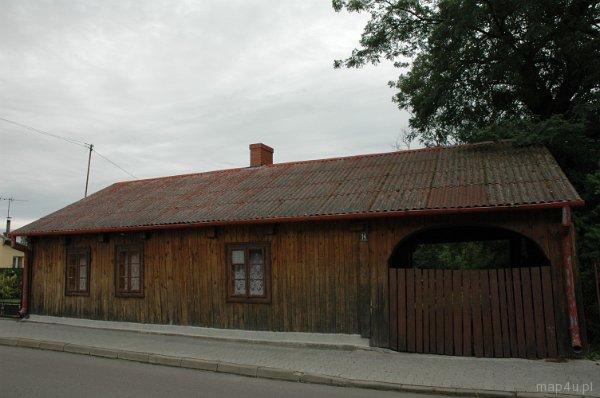 Bolimów, dom drewniany, widok od ul. Farnej.