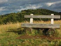 Gorczański Park Narodowy. Ławka na szlaku turystycznym w Gorcach (fot. Piotr Wojtaszek)
