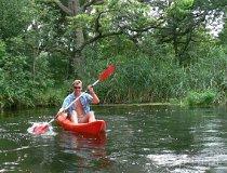 Turysta podczas spływu kajakowego (fot. Daria Konieczna)