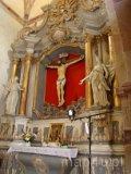 Sulejów. Ołtarz boczny z gotyckim krucyfiksem w kościele pw. św. Tomasza Kantuaryjskiego w Podklasztorzu. (fot. Paulina Gajzler)
