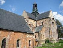 Sulejów. Widok kościoła od strony prezbiterium wraz z budynkiem muzeum. (fot. Paulina Gajzler)