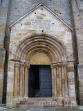Sulejów-Podklasztorze. Romański portal schodkowy - wejście do kościoła w opactwie. (fot. Paulina Gajzler)