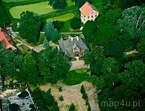 Ożarów. Zrewitalizowany zespół dworski składający się z drewnianego dworu z 1757 r. z łamanym dachem polskim i dwoma alkierzami, parkiem z pomnikami przyrody i stawami, altaną oraz basztą widokową. Zespół ten jest Oddziałem Muzeum Ziemi Wieluńskiej w Wieluniu. (fot. Kacper Dondziak)