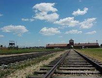 Brzezinka. Brama i rampa kolejowa w Hitlerowskim Obozie Koncentracyjnym (fot. Piotr Wojtaszek)