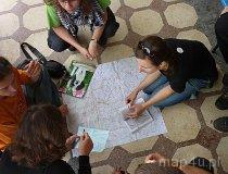 Uczestnicy wycieczki nad mapą i przy rozwiązywaniu zadań (fot. Dominika Pusta)