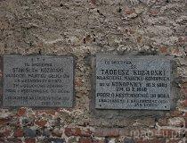 Konopnica. Płyty nagrobne na południowej ścianie kościoła pw. św. Rocha. (fot. Maciej Kronenberg)